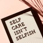 Poster mit Schriftzug: self care isn't selfish
