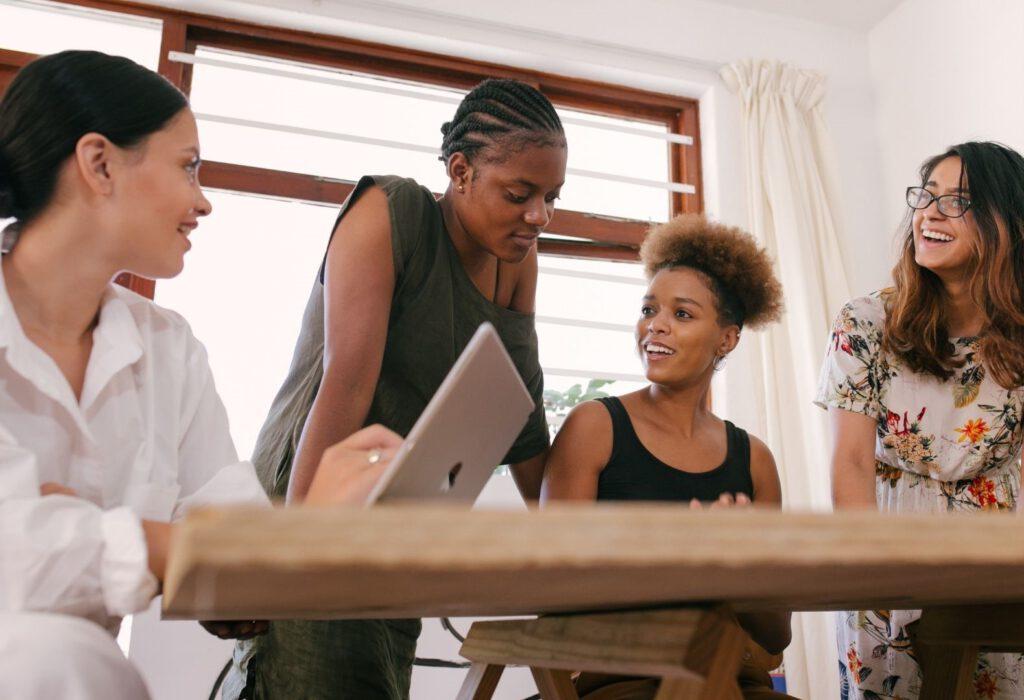 vier Frauen im Gespräch