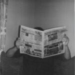 Person liest in Zeitung