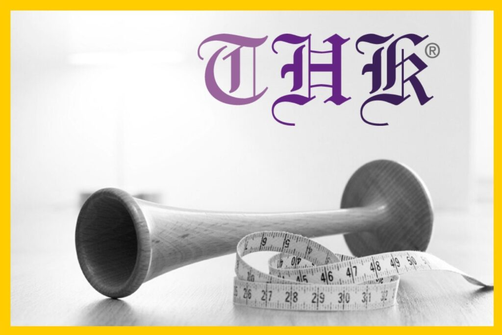 THK® Logo mit Hörrohr und Maßband in gelbem Rahmen