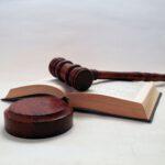 Gesetzestext mit Richterhammer