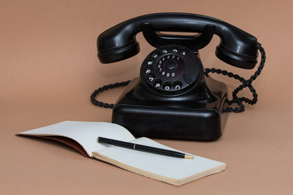 Telefon mit Notizblock. Kontakt.