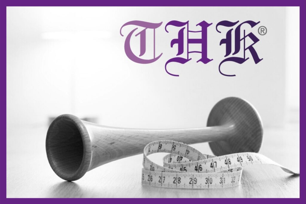 THK® Logo mit Hörrohr und Maßband in lila Rahmen